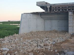 As pedras e o aterro foram recolocados no local - Foto:Tayná Rosick/Prefeitura de Tubarão/Divulgação/Notisul