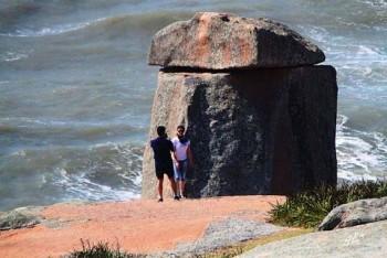 O grande atrativo do local é acerca da formação e equilíbrio da pedra - Foto:Geraldo Gê/Prefeitura de Laguna/Divulgação/Notisul