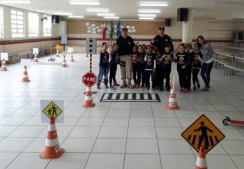 Alunos de escola pública de Tubarão recebem orientações da PRF sobre trânsito