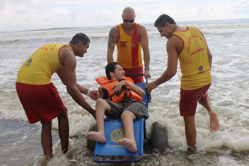 Programa Praia Acessível permite banho de mar para pessoas com deficiência física